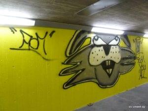 Graffiti auf gelb beschichteter Betonwand