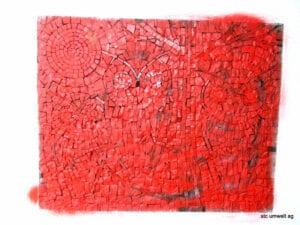 Mosaik aus Naturstein mit roter Farbe überspritzt
