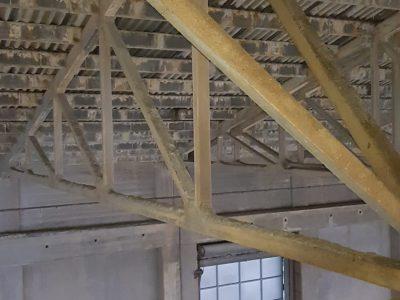 Altes Beton Tragwerk von Schmutz befreien