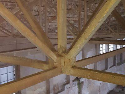 Altes Beton Tragwerk von Schmutz befreit